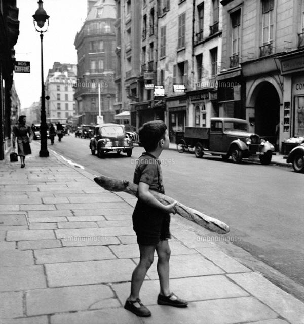 パンを持った子供 パリ 1950 02265000037 写真素材 ストックフォト