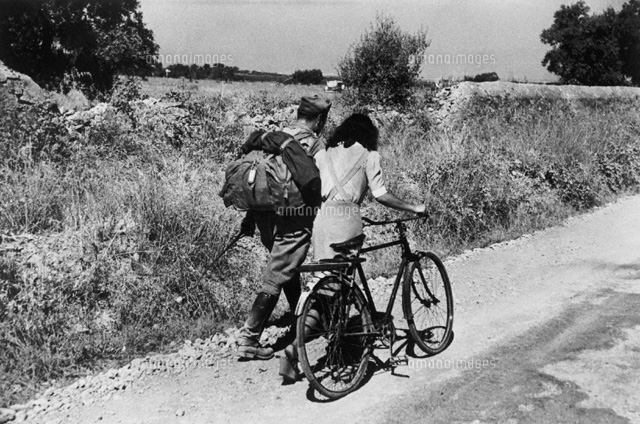自転車を引くカップル シシリー イタリア 1943 02265000048 写真素材