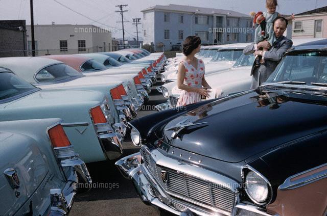 並ぶ車と家族 1955年 アメリカ 02265002287 写真素材 ストックフォト