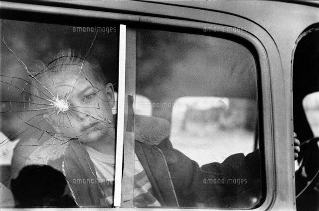 窓の弾痕と子供 b w 1955年 コロラド アメリカ 02265002334 写真素材