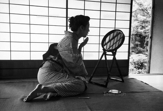 浴衣姿で座り鏡を見る日本人女性 東京 1951年 02265009006 写真素材