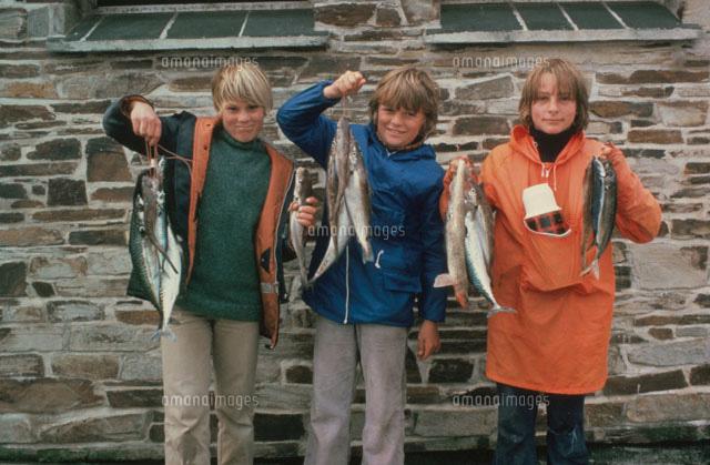 釣った魚を見せる女の子3人 コー...