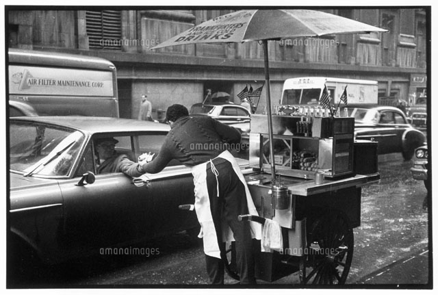 ホットドッグの屋台と車 1962年 ...