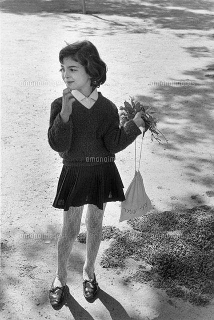 花と巾着袋を持った少女 1967年 ...