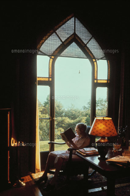 窓際でイスに座って読書する老人02265017931の写真素材イラスト素材