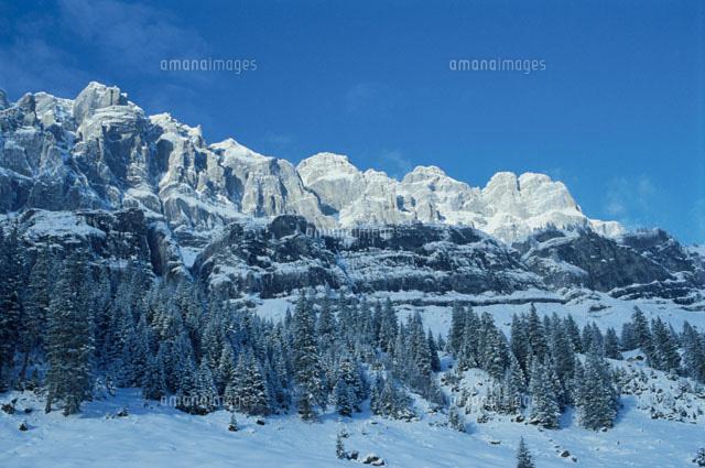 クラウゼン峠の青空と雪景色の山...