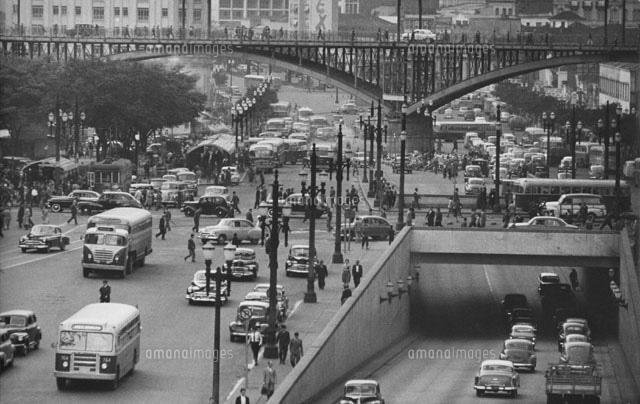 混雑した街 歩道橋を歩く人々 ブ...