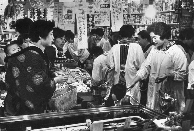 買い物する女性たち 1961年[0226...