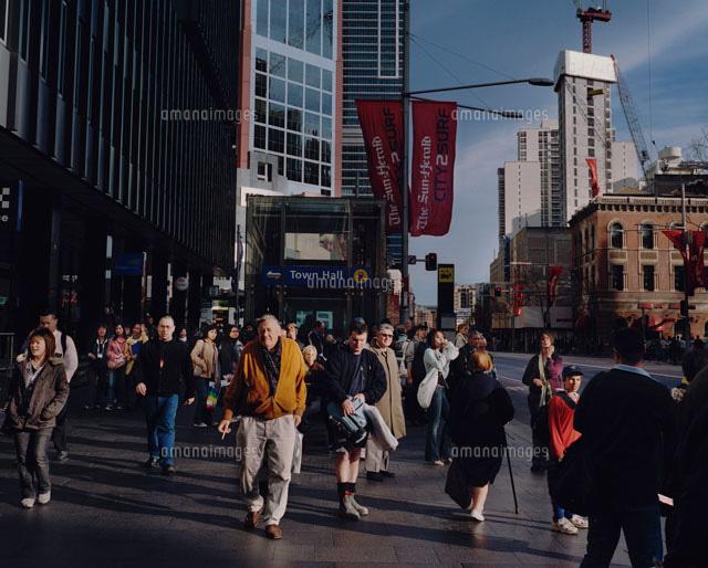 街灯についた旗と人混み02265035126の写真素材イラスト素材アマナ