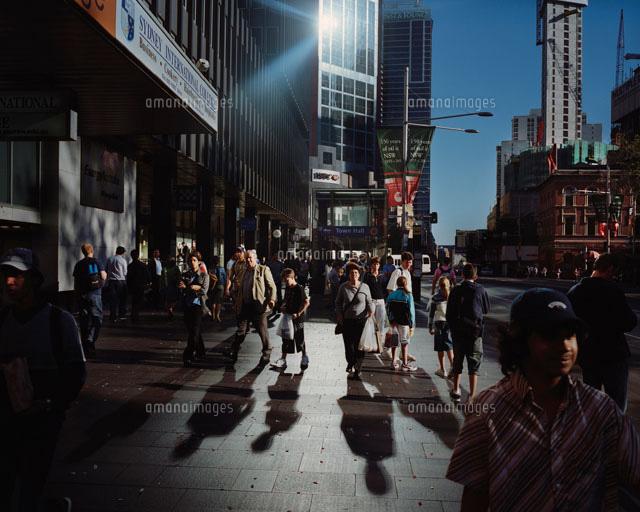 ビルに反射した光と人混み02265035127の写真素材イラスト素材