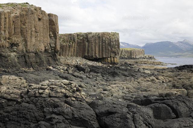 荒れた岩肌の海岸[02265038447]...