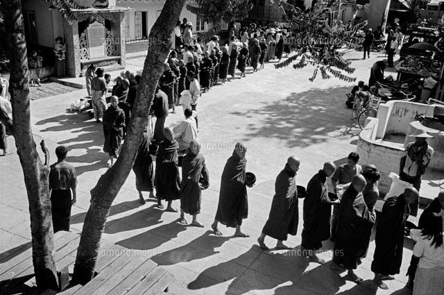 信者からの施しに並ぶ僧侶[02265...