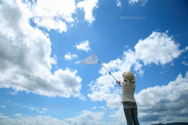 虫取り網を持つ女の子と空02284001085の写真素材イラスト素材
