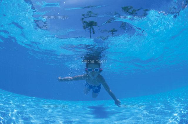 泳ぐ日本人の男の子 水中撮影[02...
