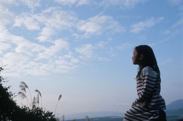 夕暮れの空と女の子02298000367の写真素材イラスト素材アマナ