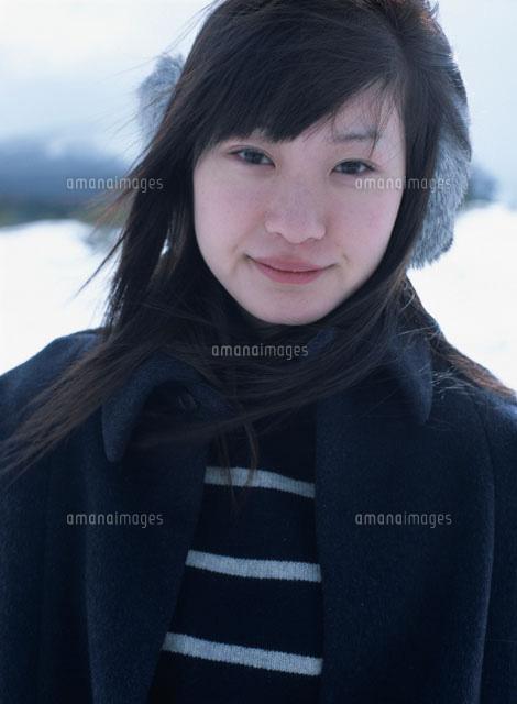 耳覆いをする日本人女性[0229900...