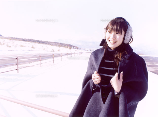 耳覆いをしたコートの日本人女性...