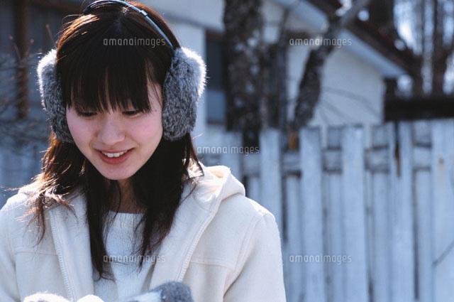 耳覆いをした日本人女性[0229900...