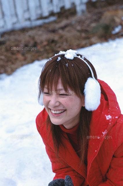 耳覆いをした日本人女性と雪[022...