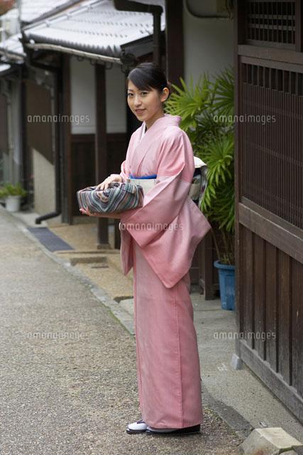 風呂敷包みを持つ和服の女性[02336001229]| 写真素材・ストックフォト・画像・イラスト素材|アマナイメージズ