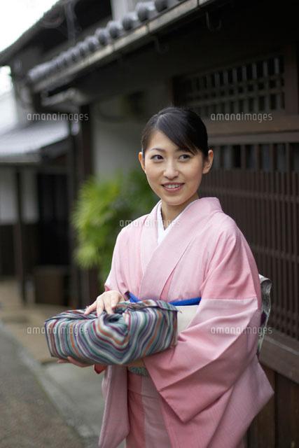 風呂敷包みを持つ和服の女性[02336001231]| 写真素材・ストックフォト・画像・イラスト素材|アマナイメージズ