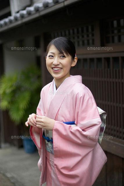 街角の和服の女性[02336001232]| 写真素材・ストックフォト・画像・イラスト素材|アマナイメージズ