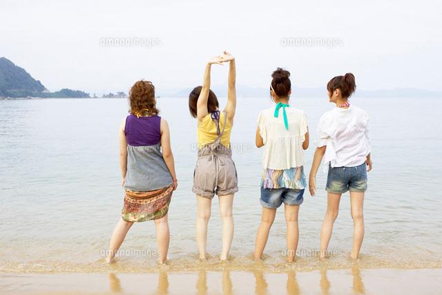砂浜に立つ4人の女の子の後姿02336004897の写真素材イラスト素材