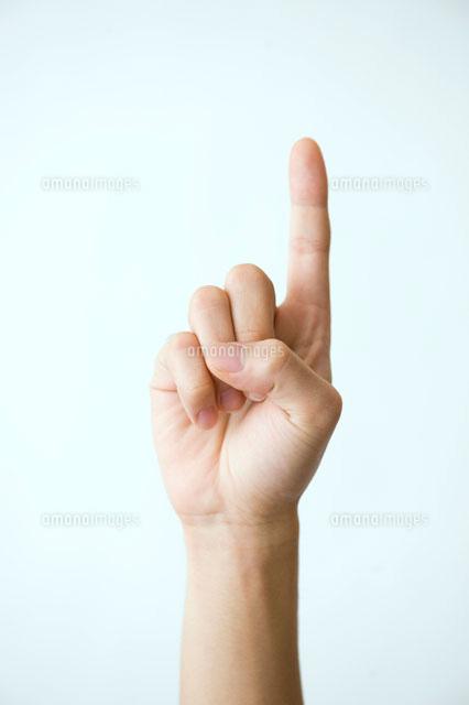 人差し指を立てた男性の手[02380...