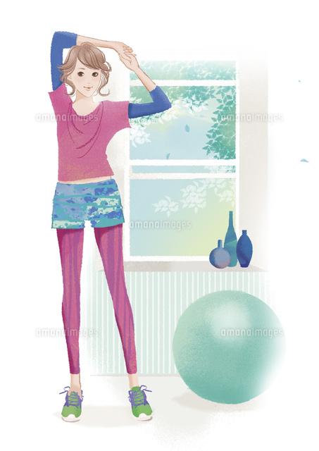 バランスボールの横でストレッチをする女性02463001663の写真素材