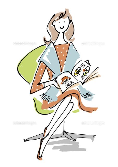 雑誌を読む女性02514000113の写真素材イラスト素材アマナイメージズ