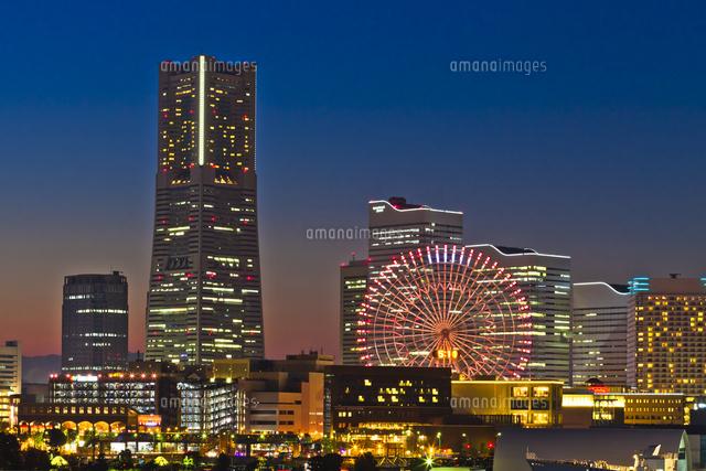 横浜ランドマークタワーとコスモクロック21の夜景02583002035の写真