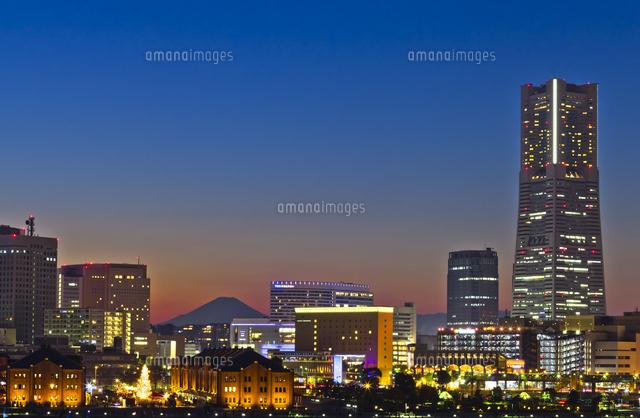 横浜ランドマークタワーと富士山の夜景02583002036の写真素材