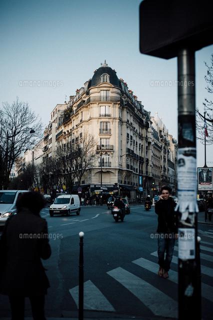 パリ10区ルイ・ブラン駅を出たと...