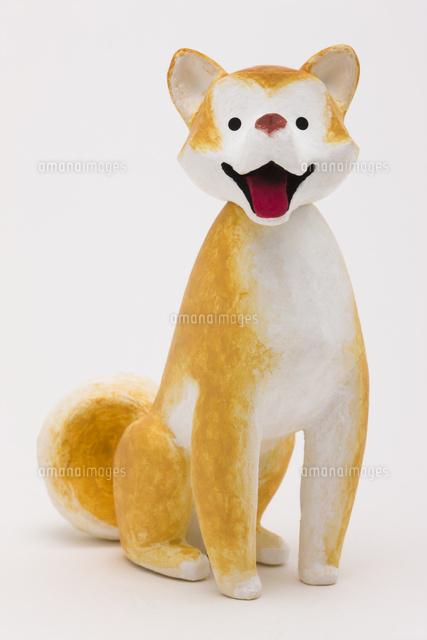 お座りをしてこちらを見る笑顔の日本犬02788000075の写真素材