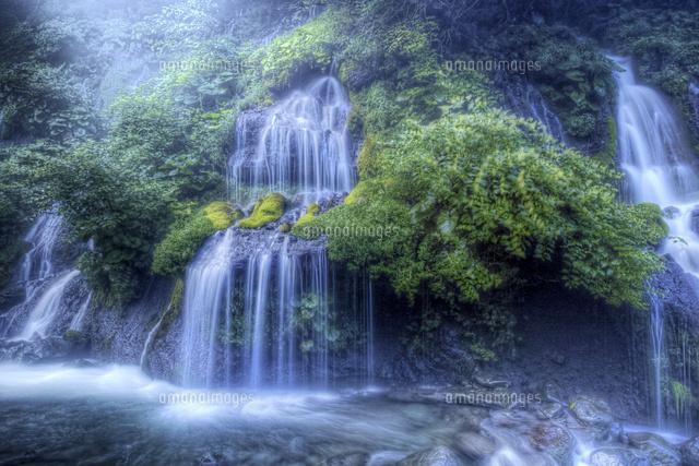 幻想的な吐竜の滝02822000012の写真素材イラスト素材アマナイメージズ