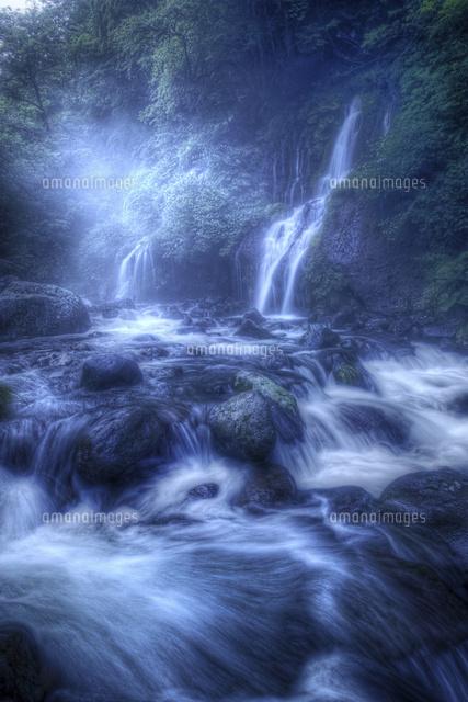 幻想的な吐竜の滝02822000066の写真素材イラスト素材アマナイメージズ
