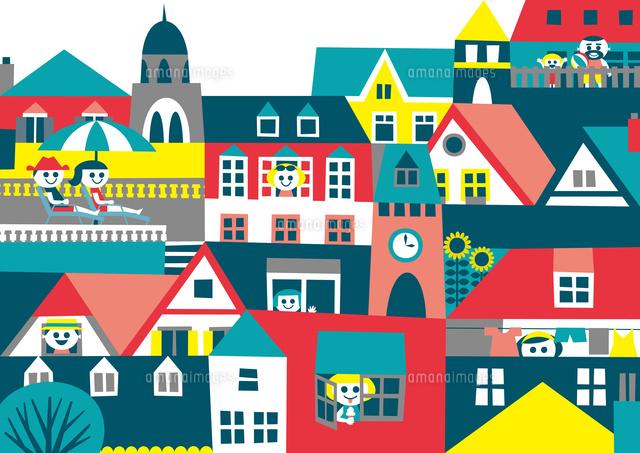 ヨーロッパ風の街並み 家々の窓や屋根や人々 夏02837000355の写真素材