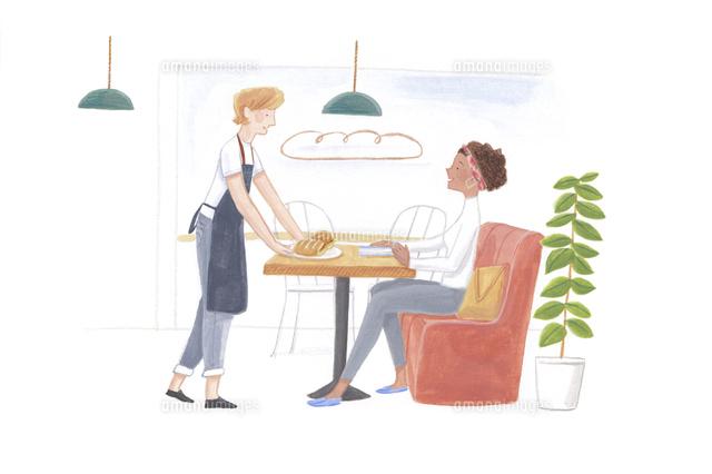 カフェでお客さんにサンドイッチを運び接客する外国人スタッフと外国人