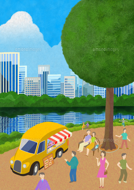 背景にビル群の見える水辺の公園にとまるキッチンカーの周りでくつろぐ