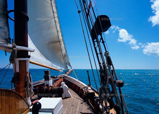 帆走する古い帆船の船首[2000700...