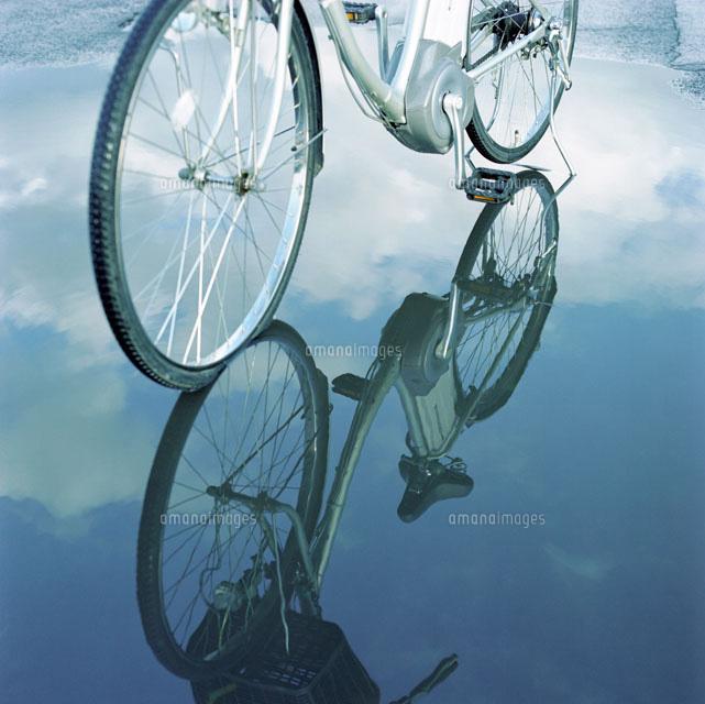 水たまりに映る自転車と青空20021005704の写真素材イラスト素材