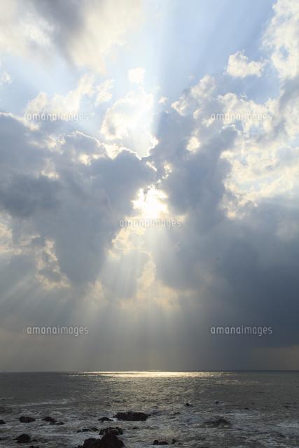冬の海と雲間から零れる光芒[200...