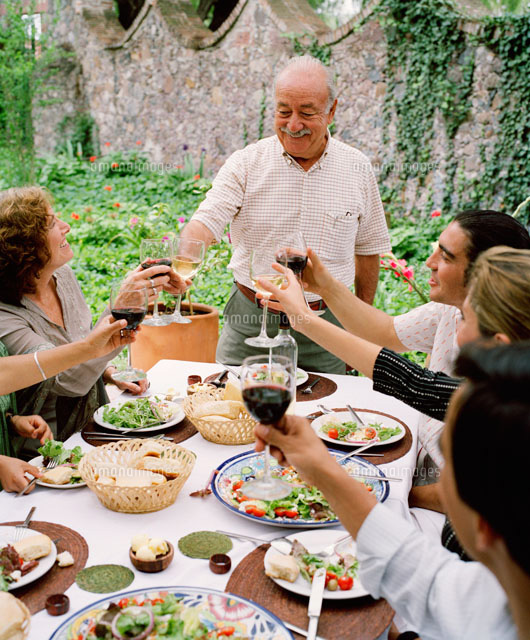 people making toast at dinner party 20025191561 写真素材