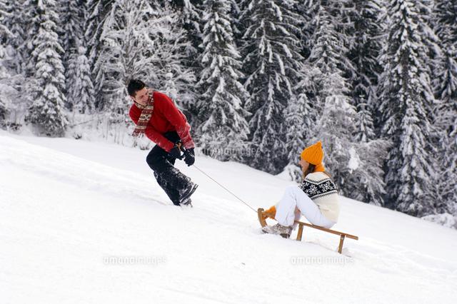 couple pulling sleigh 20025288680 写真素材 ストックフォト 画像