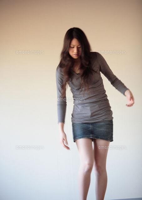 足元を見る20代女性 20027000655b の写真素材 イラスト素材 アマナ