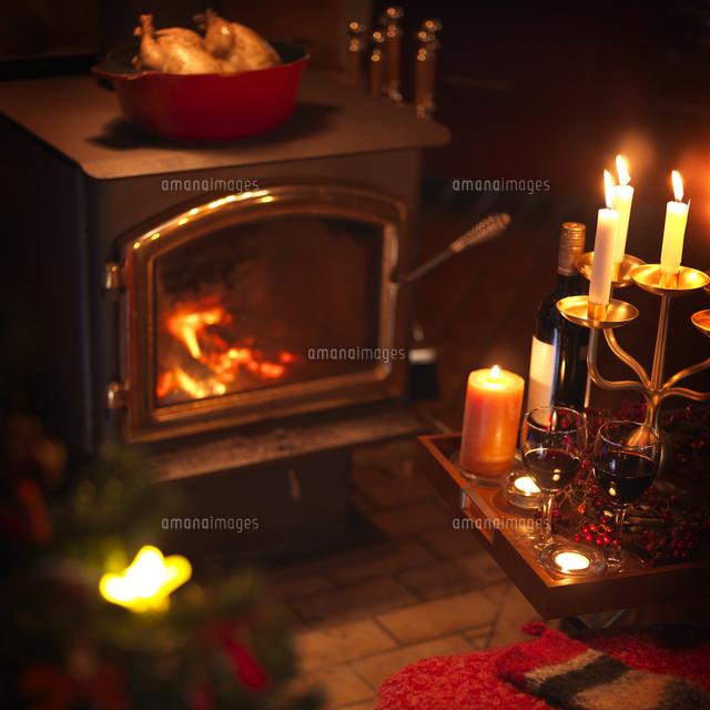 暖炉の前のクリスマスキャンドル 20027002850 | 写真素材・ストックフォト・画像・イラスト素材|アマナイメージズ
