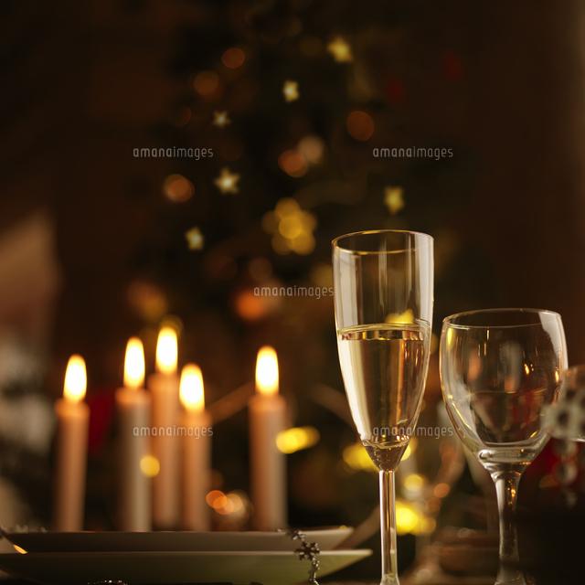 クリスマスキャンドルとシャンパングラス