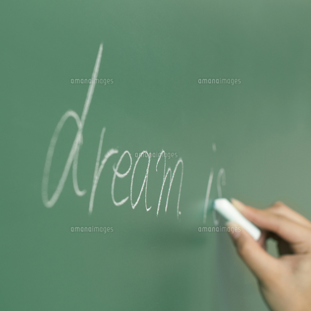 黒板に文字を書く手元20027007990の写真素材イラスト素材アマナ