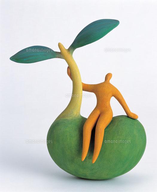 発芽した大きな種に腰かける人20037000315の写真素材イラスト素材