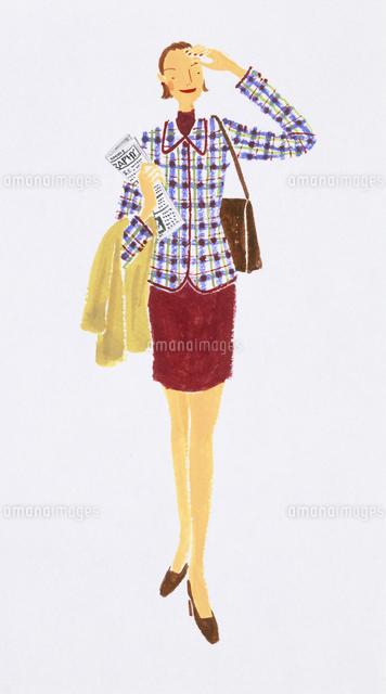 上着を腕にかけて立っている女性20037003818の写真素材イラスト素材